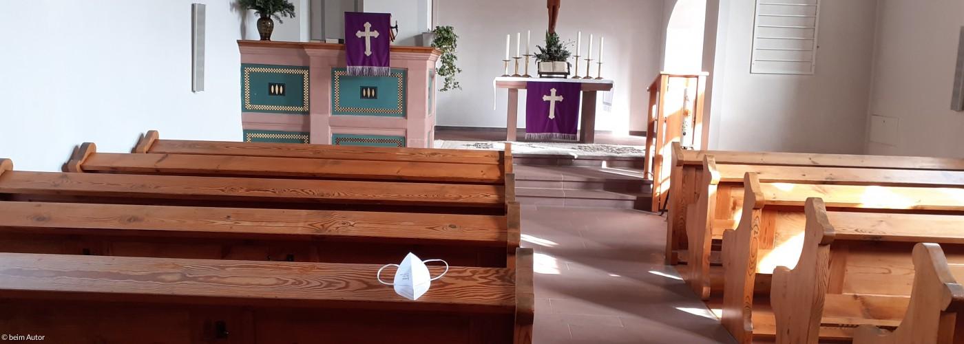 leere Kirchenbänke