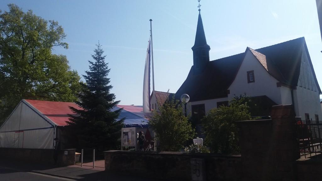Kirchenvorplatz mit großem Zirkuszelt