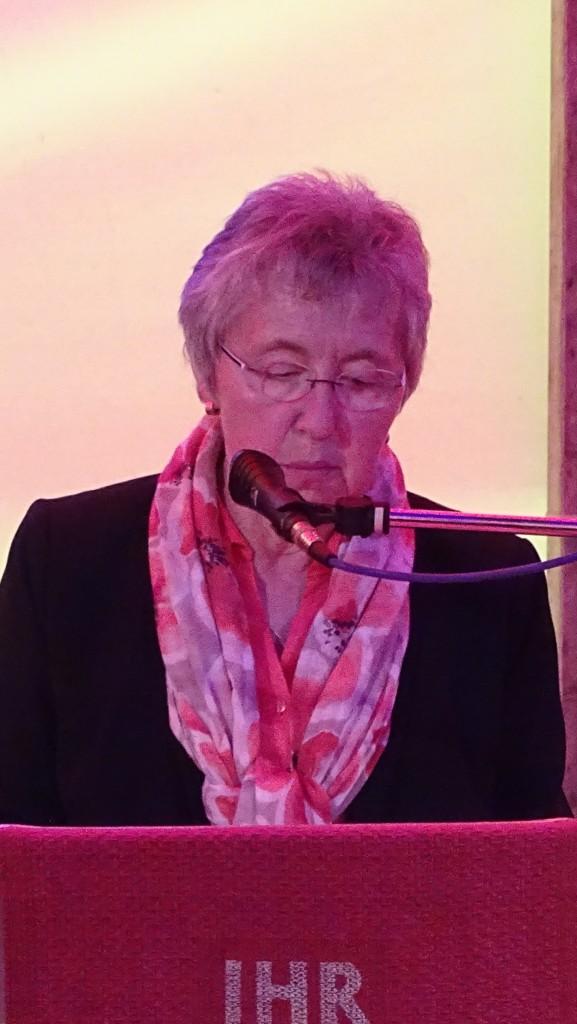 Die Vertrauensfrau des Kirchenvorstandes, Regina Grünzfelder begrüßt die Gäste