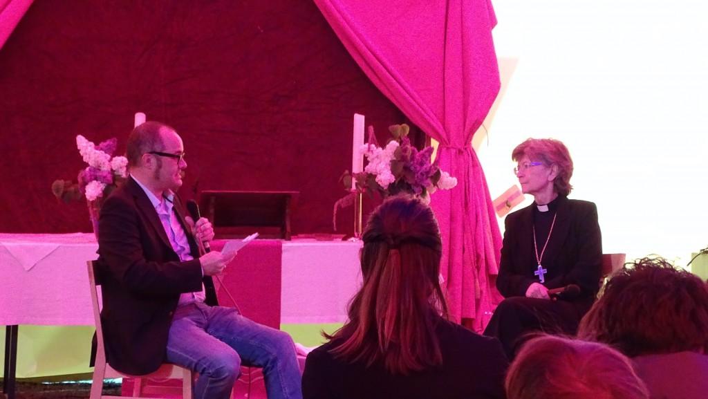 Die stellvertretende bayerische Landesbischöfin, Frau Breit-Keßler, bei der Fragestunde mit dem Moderator Marcus Netscher vom SWR Mainz