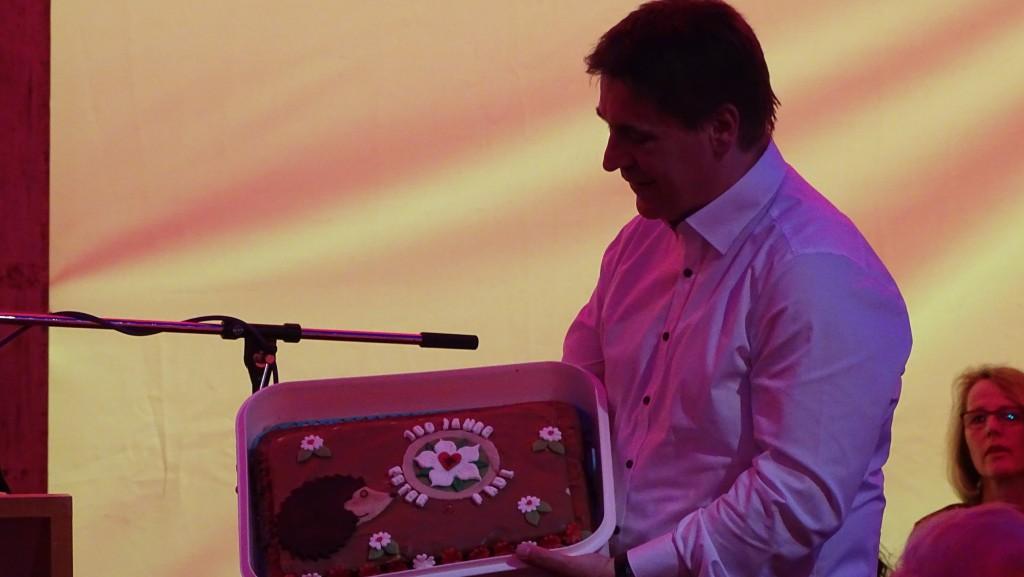 """Pfarrer Oeters nimmt das Geschenk der """"Igelgruppe"""" entgegen."""